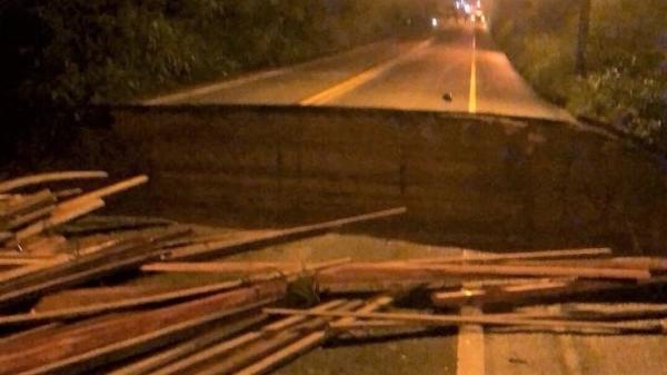 BR-343 rompe em Teresina e carros são carregados pela enxurrada; duas pessoas ficaram feridas