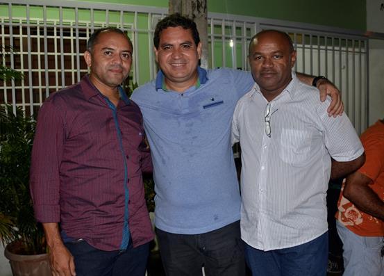 Presidente da Ampar, Adalberto Filho, prefeito de Santo Antônio dos Milagres, prestigia aniversário de Hugo Napoleão