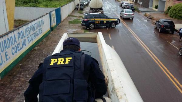 PRF apreende carga de cigarro contrabandeado no valor de R$ 300 mil; estava dentro de tanques