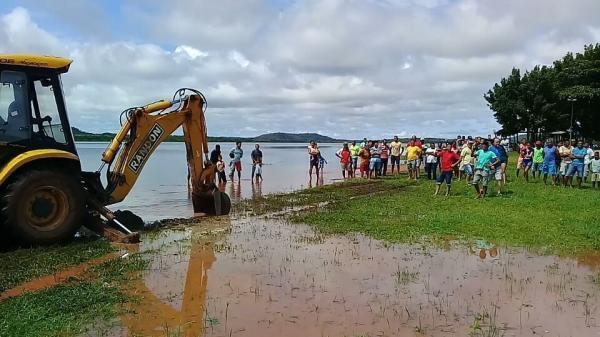 Barragem do Bezerro ameaça romper e técnicos rebaixam sangradouro em José de Freitas