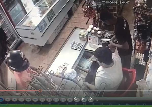 Dupla armada comete assalto em comércio no centro de Água Branca; veja o vídeo