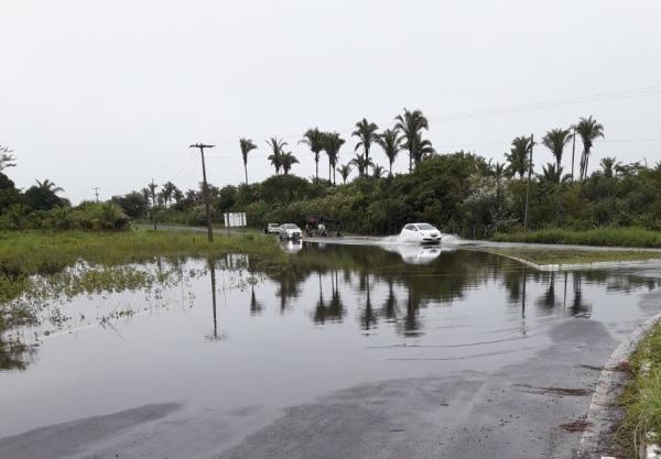 Barragem do Bezerro | Estrutura das estradas ficam comprometidas pelo volume de água; outros municípios em alerta
