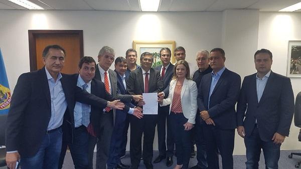 Governadores deixam carta ao ex-presidente Lula, após serem barrados em tentativa de visita