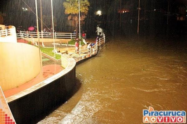 Rio Piracuruca transborda, invade cidade e desabriga famílias