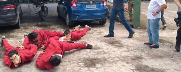 """Youtuber com fantasia de """"La Casa de Papel"""" é detido gravando pegadinha"""