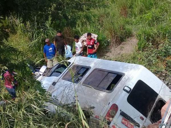 Van com 17 pessoas vindo de São Paulo para o Piauí tomba na 'rodovia da morte'