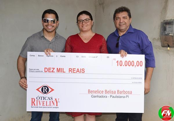 Óticas Riveliny entrega prêmio de 10 mil reais para cliente ganhadora da promoção '35 anos de olho em você'; veja
