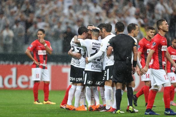 Corinthians atropela Deportivo e garante vaga na próxima fase