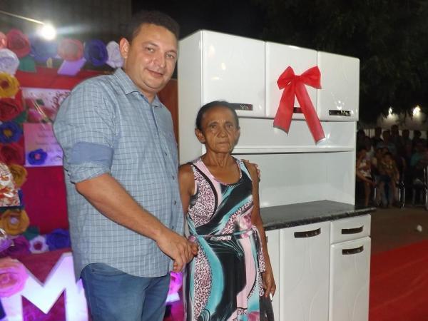 Prefeitura de Hugo Napoleão promove festa em homenagem às Mães com grande Show de Prêmios; imagens