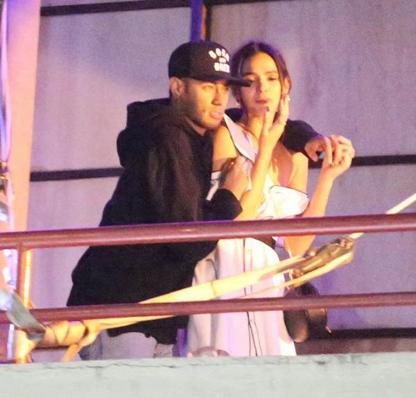 Bruna Marquezine pede retirada de mulheres em camarote com Neymar