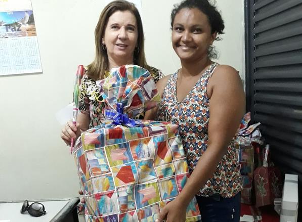 Vice-prefeita Débora Vilarinho presta homenagem às mães angicalenses com sorteio de brindes em programa de rádio