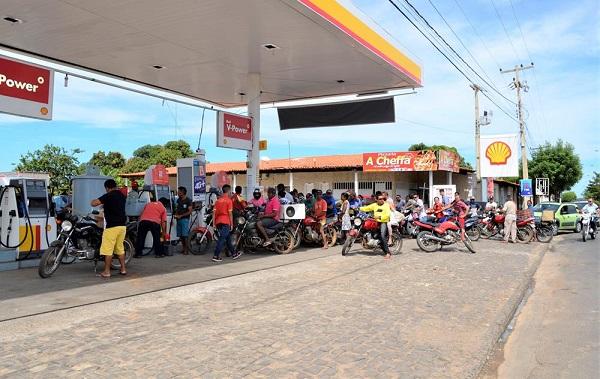 Proprietários de veículos formam filas em postos de combustível em Água Branca; estoque quase zerado no Médio Parnaíba