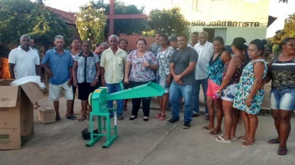 Vereador Waldir Pereira e a presidente da FETAG-PI Elizangela Moura realizam entrega de uma Forrageira em Tamboril