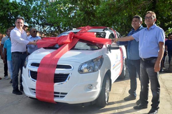 Neguim Barbosa e Ciro Nogueira entregam veículo para Saúde de Prata do PI com a presença da população e de autoridades; imagens