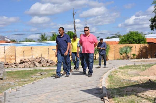 Prefeito Joel e comitiva visitam obras em Floriano