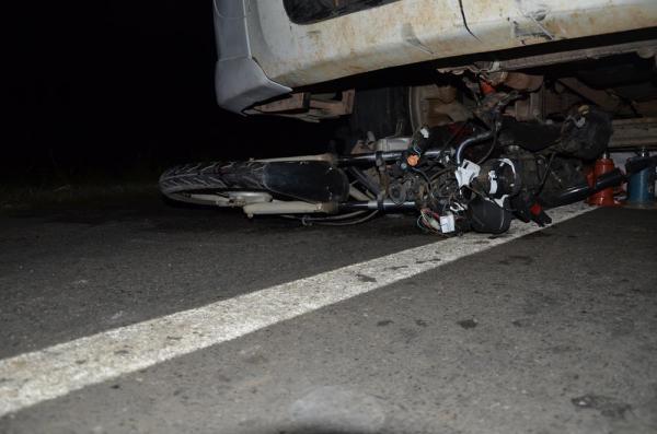 Homem e motocicleta são arrastados cerca de 80m na BR 343 em acidente com caminhão em Água Branca; imagens