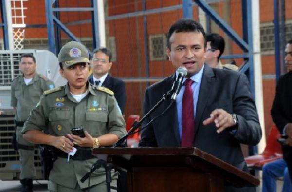O governador e o deputado federal fizeram as entregas das chaves para os delegados e a PM / Foto:CCOM