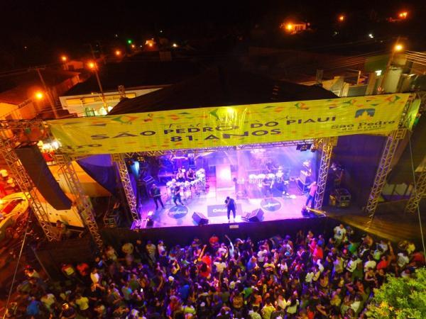Primeira noite de festejo em São Pedro do Piauí é marcada por grande multidão em praça pública