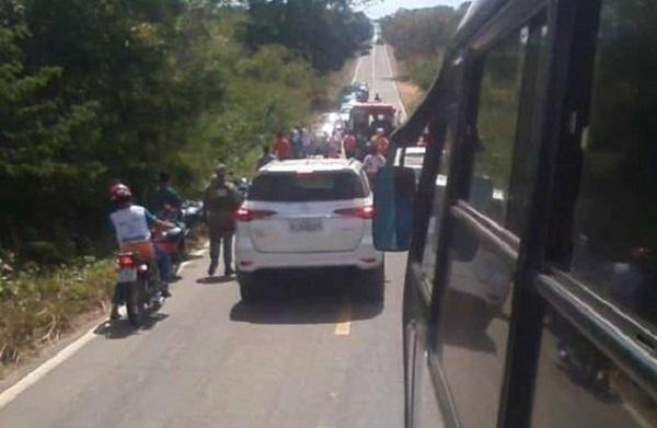 Mãe e filho ficam feridos após sofrerem acidente na rodovia que liga Água Branca à BR 343; motorista não prestou socorro