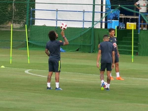 Com Douglas Costa liberado, Seleção treina após vaga nas quartas