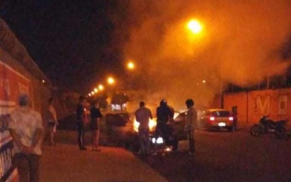 Homem confunde carro em motel com o da esposa e coloca fogo