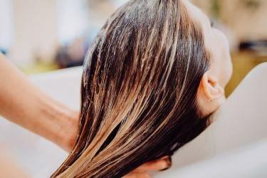 Luzes no cabelo: confira dicas para clarear os fios sem danificá-los