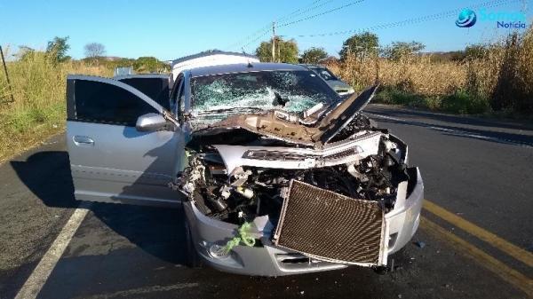 Três pessoas ficam feridas em acidente entre caminhão e carro de passeio na BR-343, em Amarante