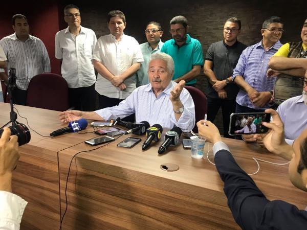 Em entrevista coletiva, Senador Elmano Férrer anuncia desistência de pré-candidatura ao governo