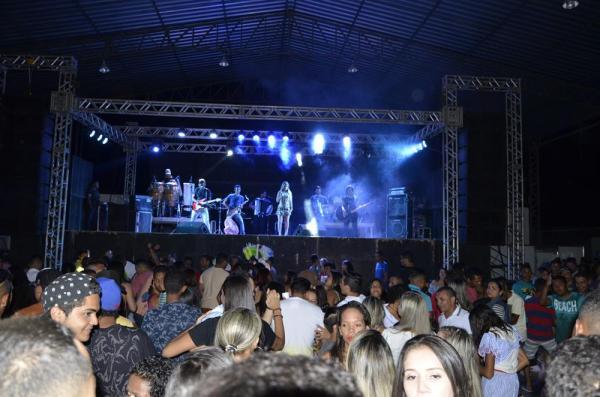 Show com Rosa Xote, João Veloso e Muleke Doido marca encerramento do festejo de Santa Ana, em Lagoinha do Piauí; imagens