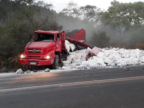 Caminhão carregado de açúcar tomba e deixa um ferido na BR 343