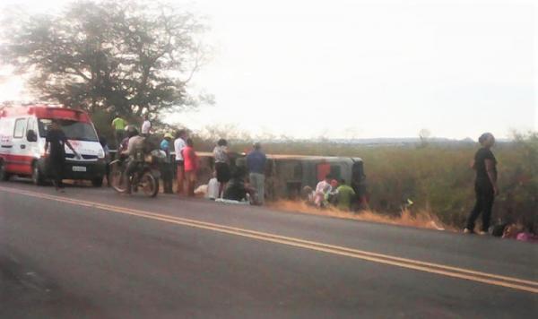 Mulher morre e 40 pessoas ficam feridas em acidente na BR-135 com ônibus que retornava de SP para o Piauí