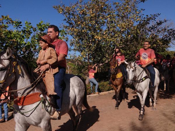 Café da manhã, missa e corrida de cavalo animam o dia do vaqueiro em Demerval Lobão; imagens