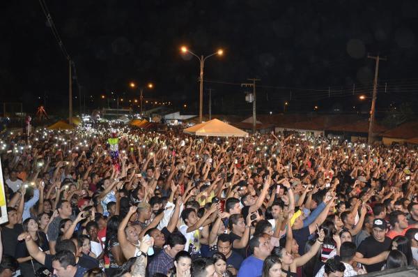 Grande multidão marca show em praça pública com Aviões do Forró em Amarante; imagens