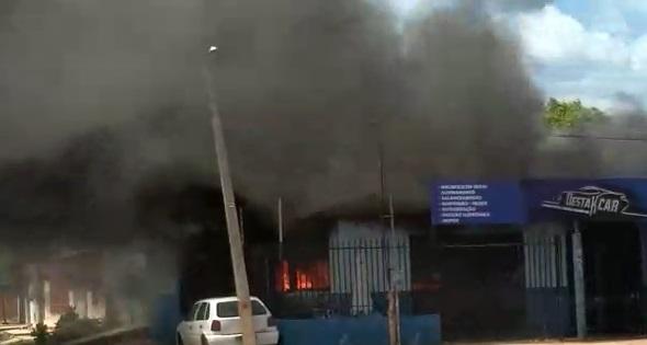 Incêndio destrói oficina mecânica e pelo menos 4 carros são queimados na zona sul de Teresina