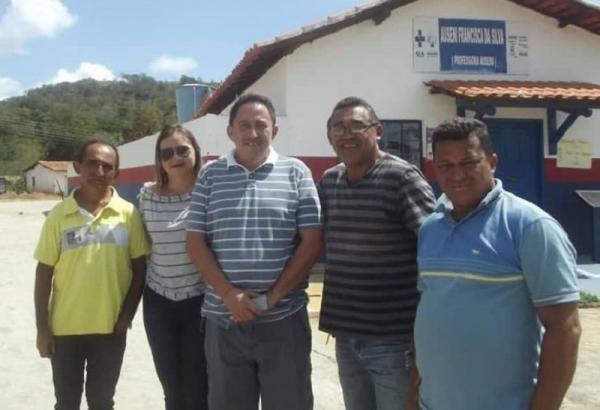 Agricolândia | Prefeito Walter Alencar visita obra de pavimentação já concluída em Buraco D'água