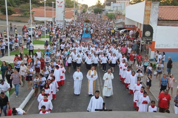 Multidão participa da procissão de encerramento do festejo de Nossa Senhora do Perpétuo Socorro em Água Branca