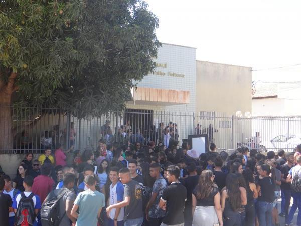 Centenas de pessoas se manifestaram em frente ao fórum