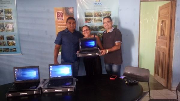 Prata do Piauí | Prefeito Neguim Barbosa faz entrega de notebook as escolas municipais