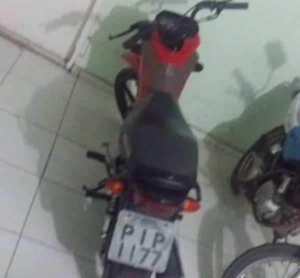 Moto roubada durante a madrugada em Água Branca é encontrada abandonada