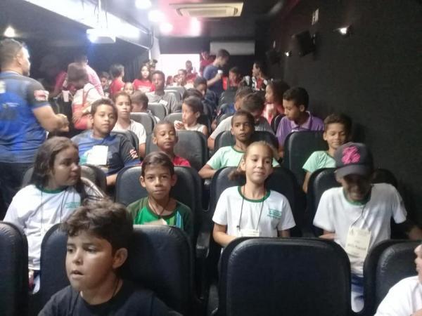 Demerval Lobão | Centenas de crianças são contempladas com sessões de cinema itinerante