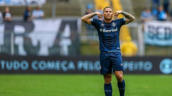 Em campo encharcado, Grêmio goleia o Botafogo com facilidade