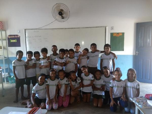 Prefeitura de Prata do Piauí faz entrega de fardamento escolar para alunos de toda rede municipal de ensino