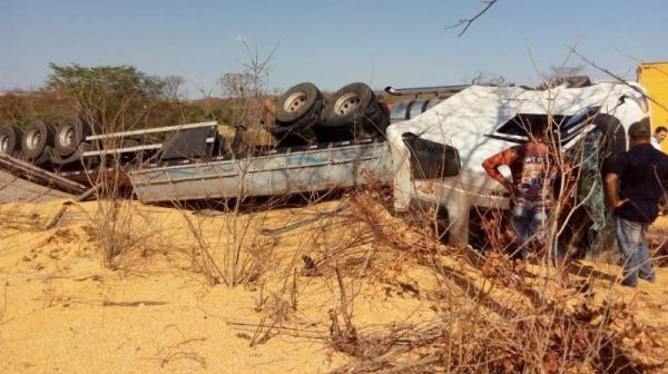 Rodovia da Morte | Carreta carregada de milho tomba e criança de 2 anos morre na rodovia BR-135