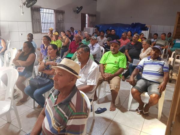 Feirantes locais participando de reunião sobre revitalização da feira no município