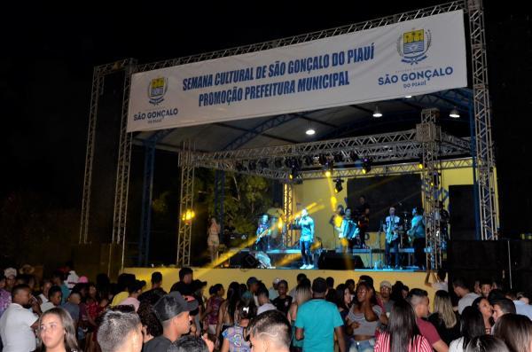 Festejo de São Gonçalo do Piauí se inicia com grande show em praça pública; veja imagens