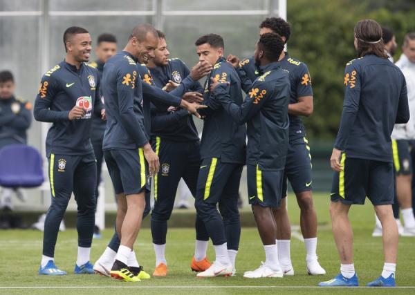 Seis jogadores do Brasil concorrem à vaga na 'seleção do mundo'