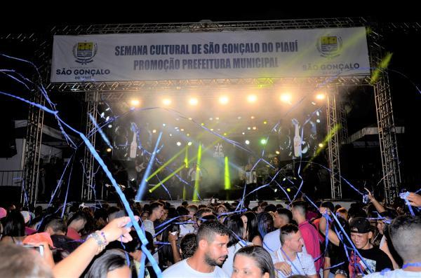 Show com Zé Cantor marca mais uma noite do festejo de São Gonçalo do Piauí; veja imagens