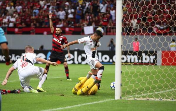 Vasco e Flamengo empatam em jogo agitado no Mané Garrincha