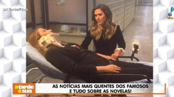 Apresentadora da RedeTV, Sonia Abrão surge em uma maca nos Estúdios Globo