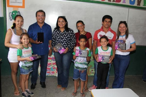 Educação de Água Branca entrega tablets para auxiliar na alfabetização dos alunos